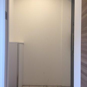 玄関とお部屋の間に扉がついてて優しいなあ。