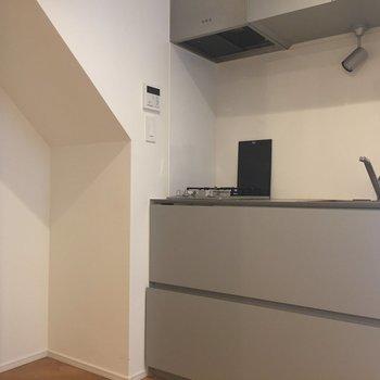 キッチン横のスペースに冷蔵庫を。大きいのを置くのは難しいかも。