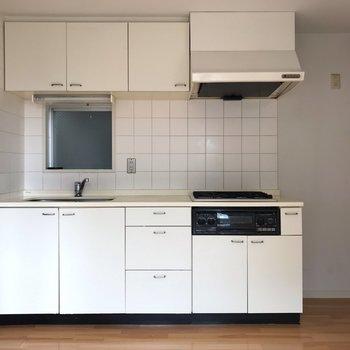 【LDK】白色のキッチンがあります