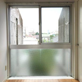 【納戸】窓を開ければ室内干しできそう