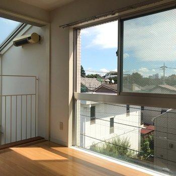 【洋室】窓が大きく、開放感があります