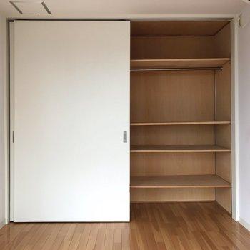 【洋室】右は小物や畳むタイプの洋服をしまう、という使い方でしょうか