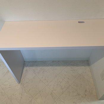 キッチン後ろに棚です!電子レンジ&炊飯器はココでしょうか。至れりつくせり〜
