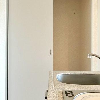 右は冷蔵庫置き場。(※写真は10階の同間取り別部屋のものです)