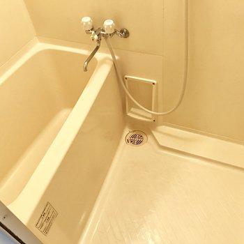 シンプルなバスルーム。ひとり暮らしにはちょうどいい。(※写真は10階の同間取り別部屋のものです)