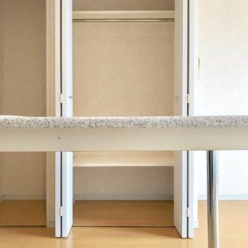 収納はここだけ。テーブル越しに(※写真は10階の同間取り別部屋のものです)。