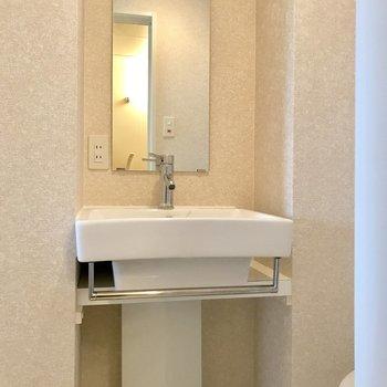スッキリとした洗面台。見た目がお洒落ですね。(※写真は10階の同間取り別部屋のものです)