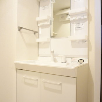 洗面台はドレッサータイプ!使いやすそう!(※写真は7階の同間取り別部屋のものです)