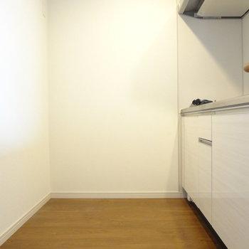 冷蔵庫や食器棚は背面に。(※写真は7階の同間取り別部屋のものです)