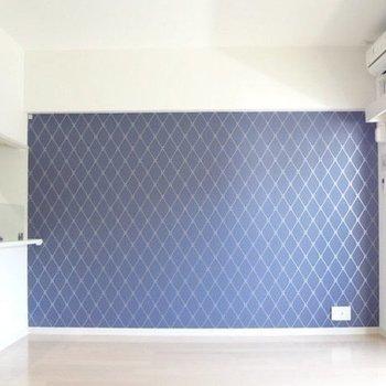 青い壁が印象的!