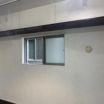 棚にはインテリアを置いたり、収納として使っても良いですね
