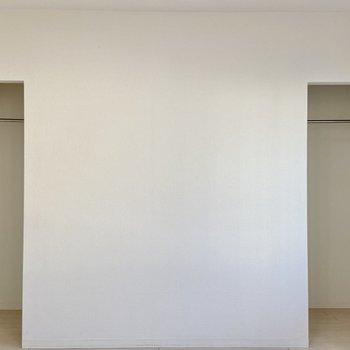 【洋室】こちらにはハンガーポール付きの収納が。