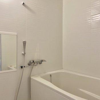 真っ白の浴室。水垢がつきにくい材質の壁でお掃除が楽々♪
