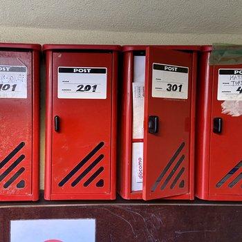 真っ赤のレトロなメールボックスは1階にあります。