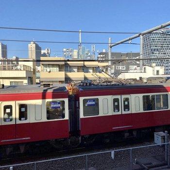 窓からは線路を走る電車が見えますね。