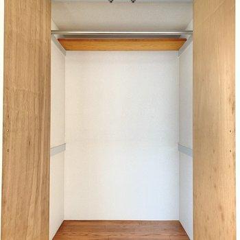 収納は大きめ。上にも小さな収納あり◯(※写真は1階の反転間取り別部屋のものです)