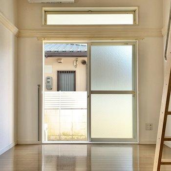 お部屋はロフト付き!バルコニー窓の上にもう1つ窓があるって嬉しいですね。