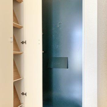 玄関はコンパクト。靴箱付き。斜め式なので、取りやすいですね◯(※写真は1階の反転間取り別部屋のものです)
