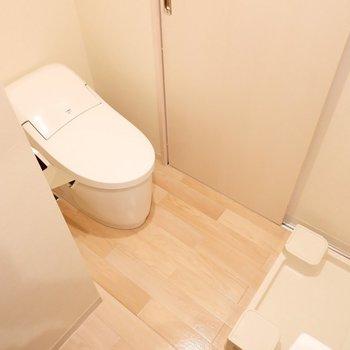 トイレは洗濯機置き場の向かい側に。※写真は2階の同間取り別部屋のものです