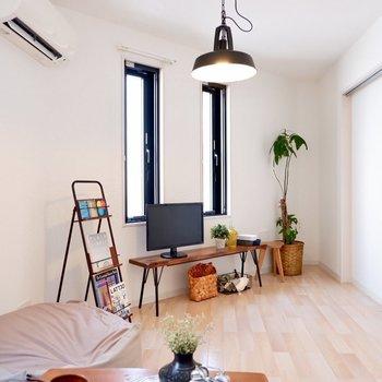 小窓が3箇所についているので、ほどよく太陽光が差し込みます。※写真は2階の同間取り別部屋のものです