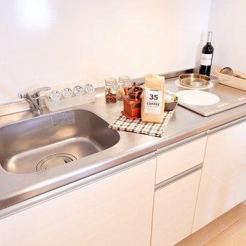 キッチンの料理スペースもたっぷり。※写真は2階の同間取り別部屋のものです