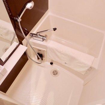 浴室はブラウンを差し色に使用した大人っぽいデザイン。※写真は2階の同間取り別部屋のものです