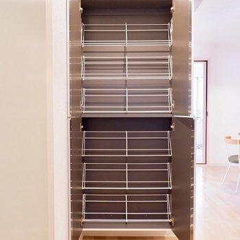 シューズボックスは入り口ドアの正面に、大容量。※写真は2階の同間取り別部屋のものです