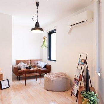 洋室。明るい雰囲気のお部屋。※写真は2階の同間取り別部屋のものです