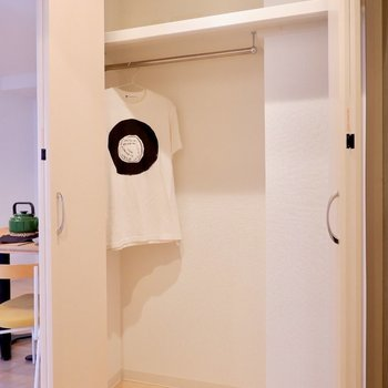 右を向くと、クローゼット。こちらもなかなかの大きさですね。※写真は2階の同間取り別部屋のものです