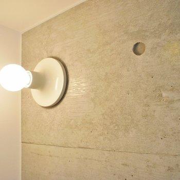 むき出しの電球さえもお洒落に見える部屋