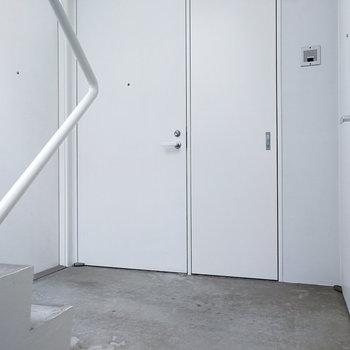 共用部は真っ白&コンクリート。