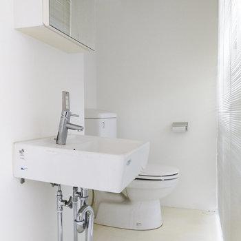 右手に洗面台とトイレがあります。ここはブラインドで目隠しを。