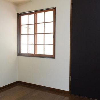 【2階】窓からは玄関の様子がのぞけますよ