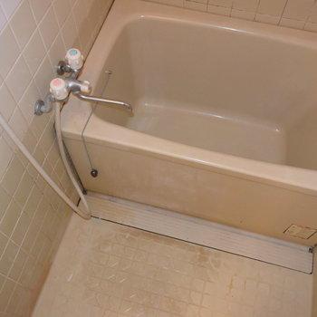 【2階】お風呂はレトロさが残りますね…