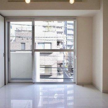 窓は大きめで開放感!※写真は3階の同間取り別部屋のものです