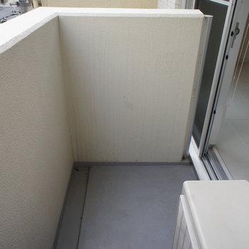 バルコニーは狭いです。。※写真は3階の同間取り別部屋のものです