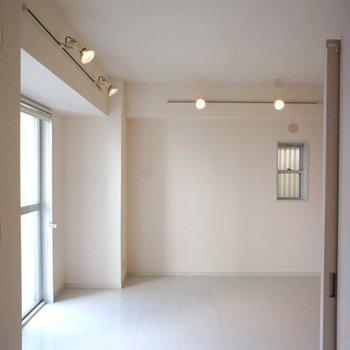 天井は2.65mほど!ペンダントライトがお洒落です!※写真は3階の同間取り別部屋のものです