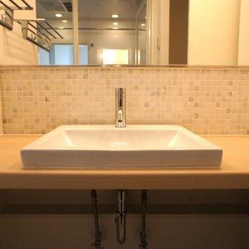 素敵な洗面台。モザイクタイルがお洒落。※写真は3階の同間取り別部屋のものです
