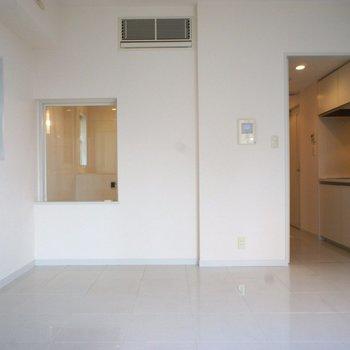 真っ白空間。正面の窓はお風呂!※写真は3階の同間取り別部屋のものです
