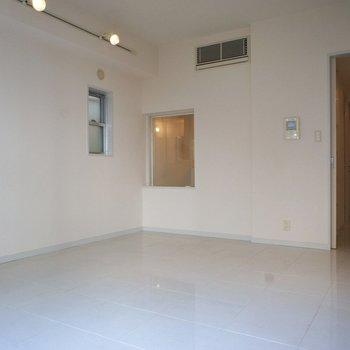 小窓も付いてます。※写真は3階の同間取り別部屋のものです