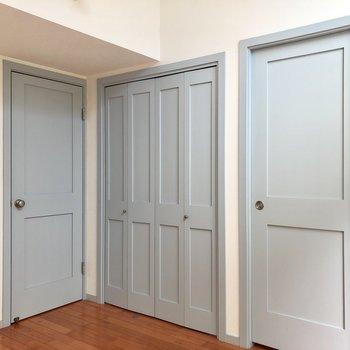 扉が3つも…!左は洋室へ続く扉。※写真は前回募集時のものです
