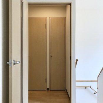 廊下へ出ると正面に、※写真は同階の同間取り別部屋のものです
