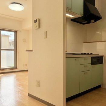 【DK】鮮やかなカウンターキッチン。※写真は同階の同間取り別部屋のものです