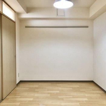 【洋室】こちらはコンパクト。ベッドルームにどうぞ。※写真は同階の同間取り別部屋のものです