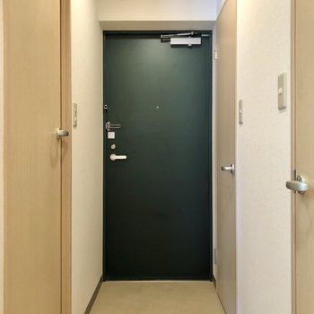 こちらが玄関。※写真は同階の同間取り別部屋のものです