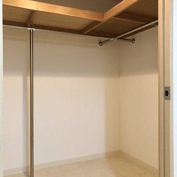 【洋室】衣類は全てこちらで足りるかも。※写真は同階の同間取り別部屋のものです