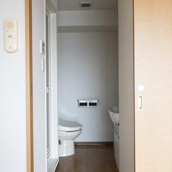 引き戸左手は水回りに続きます。※写真は8階の同間取り別部屋のものです