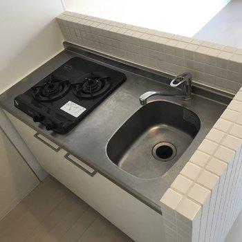 キッチンは2口ガスコンロ。少し狭め。※写真は3階の同間取り別部屋のものです