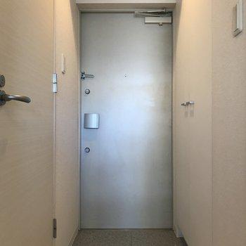 クールな玄関!右側には、、※写真は3階の同間取り別部屋のものです