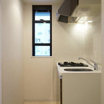 キッチンにあって嬉しい物。それは小窓(※写真は5階の同間取り別部屋のものです)